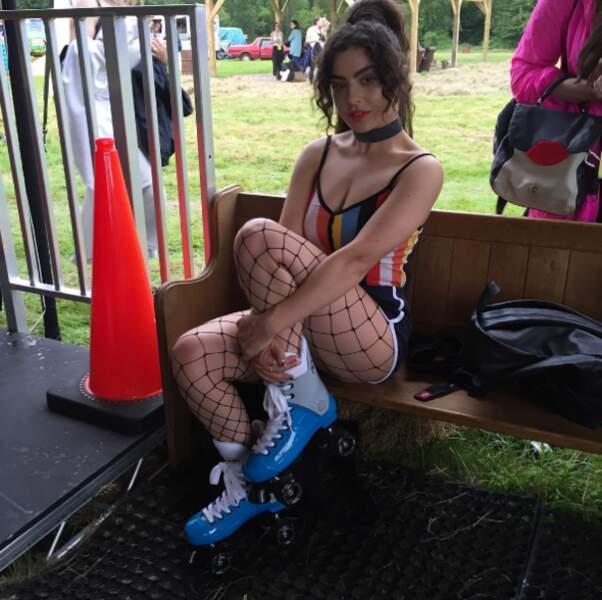 Même Charli XCX est plus stylée sur cette photo, c'est dire le niveau.