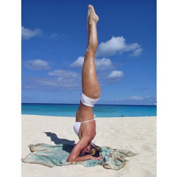 Autre ambiance : les sessions de yoga sur la plage de la mannequin Candice Swanepoel.
