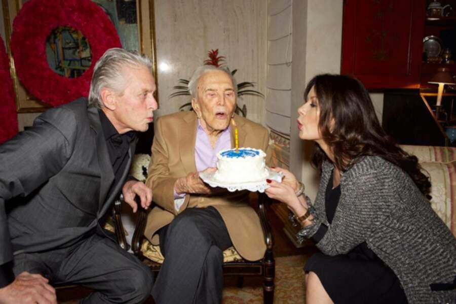 Le 9 décembre, elle aide beau-papa, le mythique Kirk Douglas, à souffler sa 99e bougie