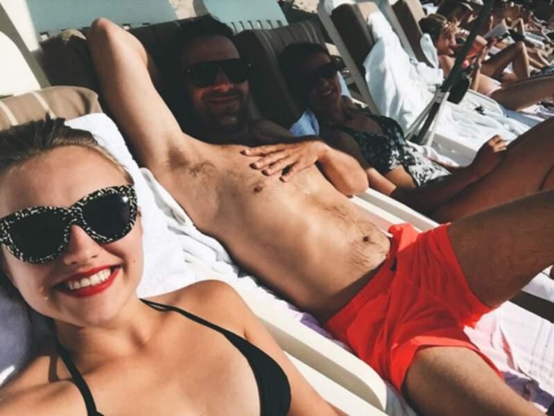Hop, une petite photo de vacances en famille et au soleil avec son père et sa mère
