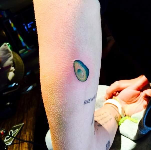 ... qu'elle s'en est fait tatouer un sur le bras. Ça change du tatouage Johnny Hallyday, c'est sûr