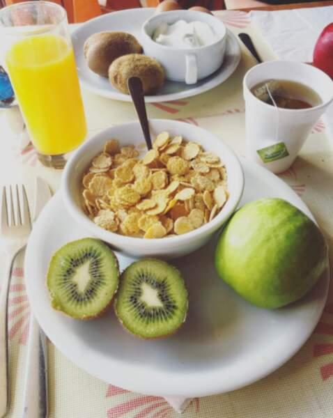 Mais elle reprend vite ses bonnes habitudes. En voilà un petit déjeuner très équilibré !