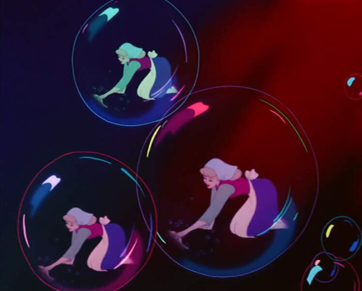 Mickey se glisse vraiment partout, même dans les bulles du savon utilisé par Cendrillon. L'aviez-vous reconnu ?
