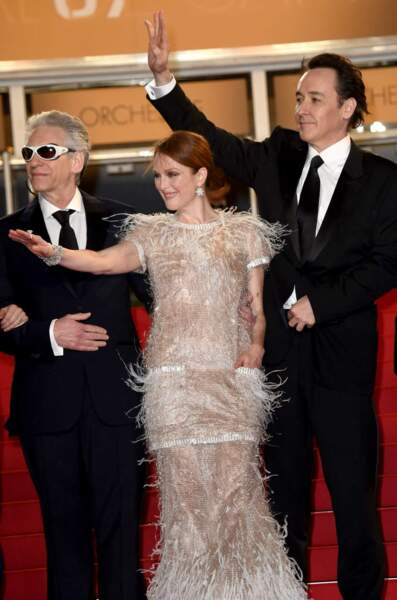 On admire la robe tout en plumes de Julianne Moore