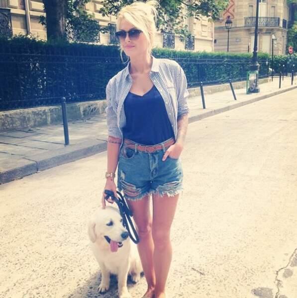 Cette fois-ci, avec son labrador dans les rues de Paris !