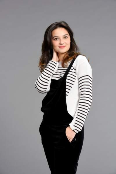 Une belle jeune femme, comme son personnage qui découvre la vie étudiante dans la saison 8