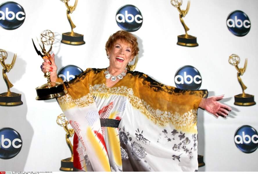 Jeanne Cooper prend une pause naturelle après avoir gagné un prix à la cérémonie des Daytime Emmys 2008.