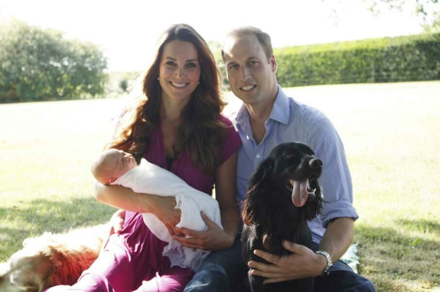Août 2013, première photo familiale officielle dans le jardin des grands-parents Middleton