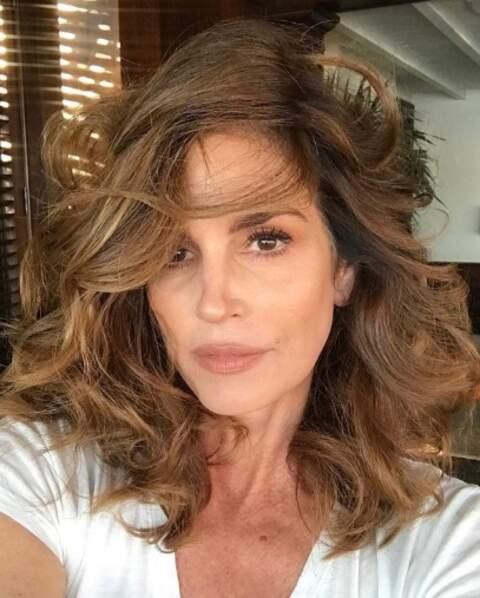 Point cheveux : effet coiffé-décoiffé pour Cindy Crawford.