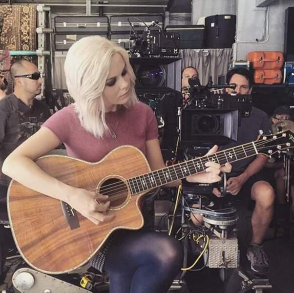 Elle joue même de la guitare