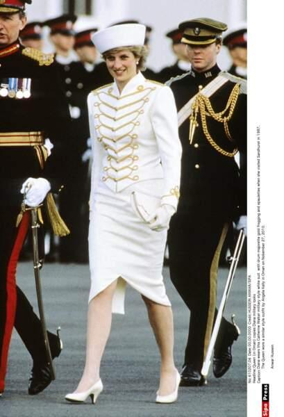 Conquérante, quoi de mieux qu'une tenue de cosaque pour visiter l'Académie Royale Militaire de Sandhurst