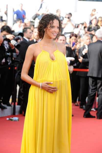 Noémie Lenoir, enceinte et rayonnante pour la première montée des marches du Festival de Cannes 2015