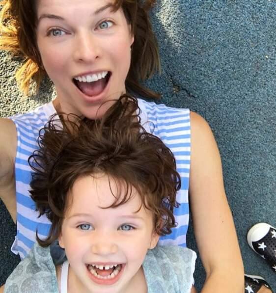 Dashiel, la plus jeune fille de Milla Jovovich, est beaucoup trop adorable.