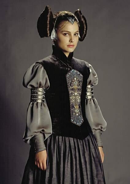 Padmé en tenue de sénatrice dans L'Attaque des clones (2002)...