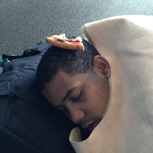 D'ailleurs, il aime bien en mettre sur la tête de ses copains quand ils dorment. Désopilant.