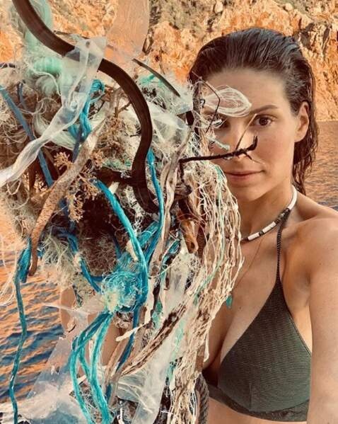 En vacances en Corse, Laury Thilleman a ramassé des déchets dans la mer et c'était pas joli-joli.