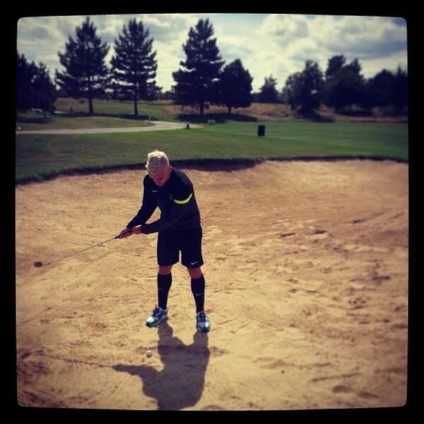 Quand il joue au golf, il ne semble pas très à l'aise.