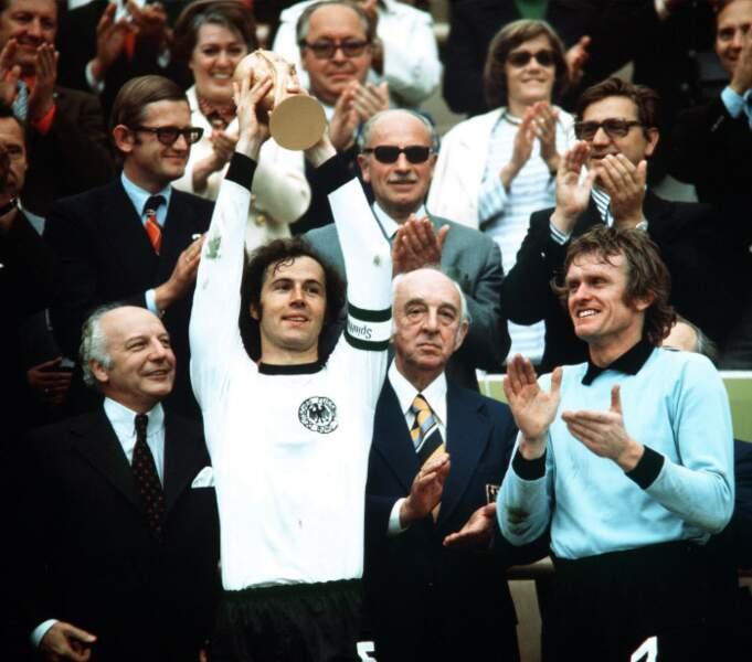 1974 - Franz Beckenbauer capitaine de la RFA qui a battu les Pays-Bas en finale