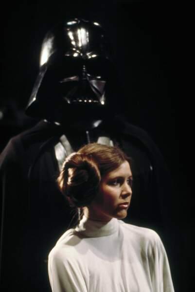 La Princesse Leia Organa (Carrie Fisher), dominée par le terrible Dark Vador dans Un nouvel espoir (1977)