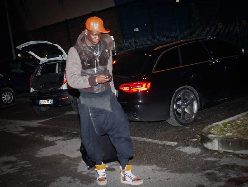 Tiens, Mario Balotelli, l'attaquant du Milan AC, veut participer au concours du pantalon le plus bizarre...