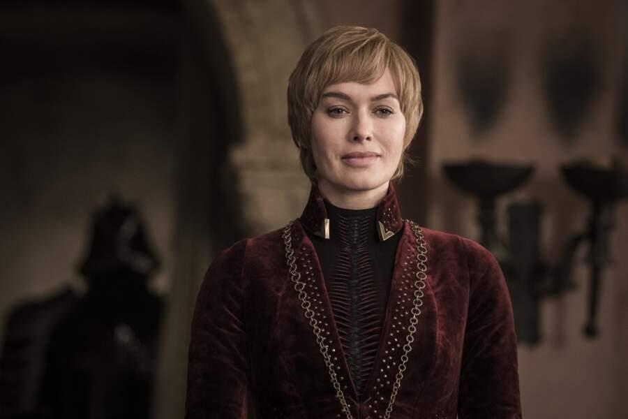 Voici l'image de Cersei pendant presque toute la durée de la saison 8, le regard au loin, à sa fenêtre