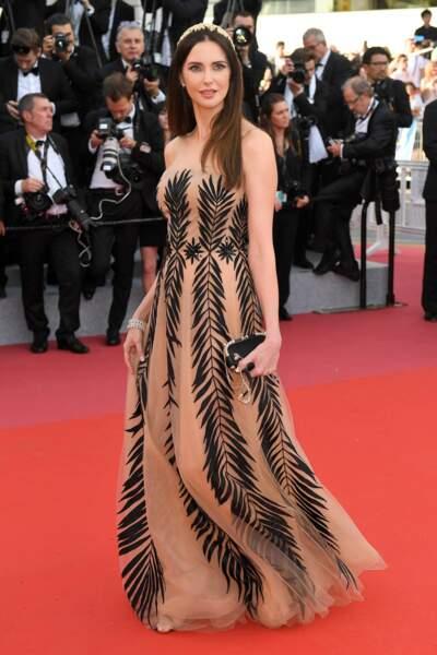 Frédérique Bel, dans une robe palmée