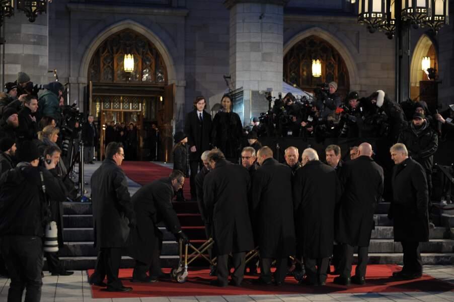 Dans un silence de plomb, le cercueil a ensuite été emmené sous les yeux de Céline et de ses enfants