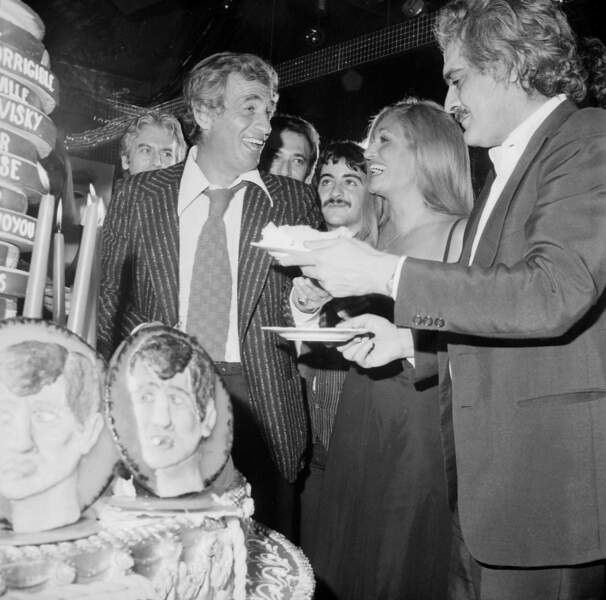 En 1977, Dalida fête les 20 ans de carrière de Bébel en compagnie d'Omar Sharif.