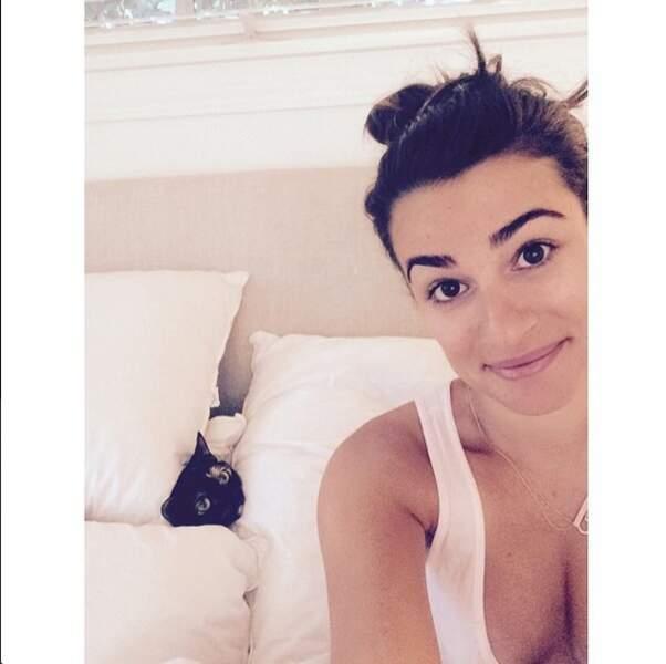 Pendant ce temps, Lea Michele s'amuse avec son chat !