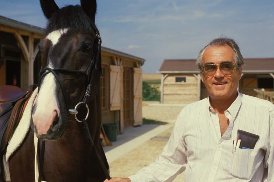 Michel Legrand chez lui en 1990 avec un cheval ; sa fille, Eugénie Angot, est devenue championne d'équitation