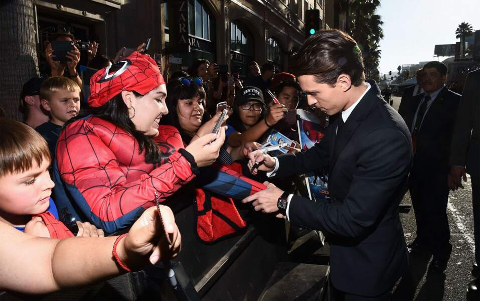 Tom Holland en a profité pour signer quelques autographes