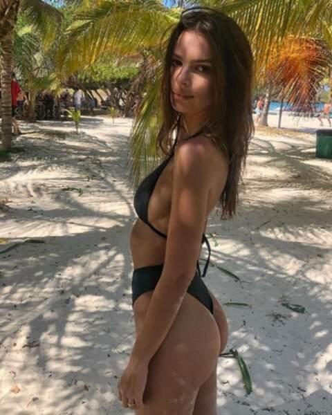 Emily Ratajkowski en avait marre du froid alors elle passe les fêtes à la plage.