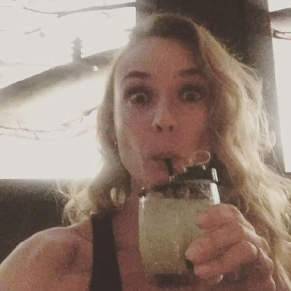 Et comme tout le monde, elle aime ensuite se rafraîchir avec de bons cocktails