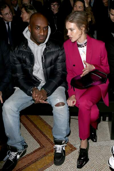 Le designer de Louis Vuitton Virgil Abloh s'est assis à côté de Natalia Vodianova pour assister au défilé Berluti