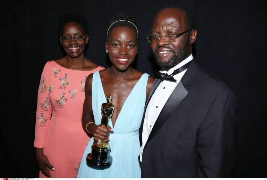 Lupita Nyong'o pose avec sa famille lors de la 86ème cérémonie des Oscars