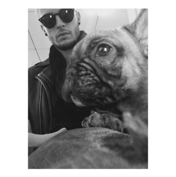 Avec un bébé chien.