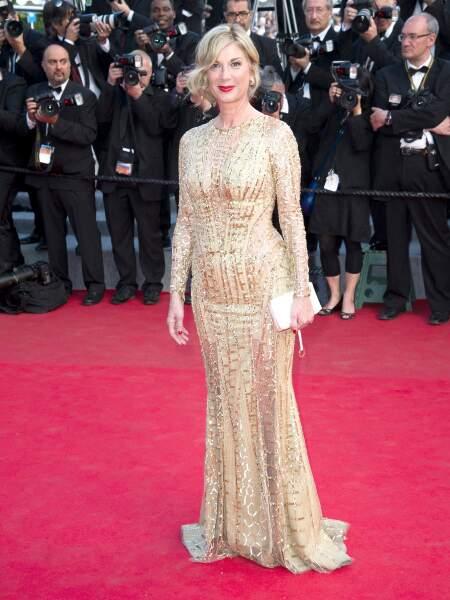 Michèle Laroque, lumineuse dans sa robe lamée dorée