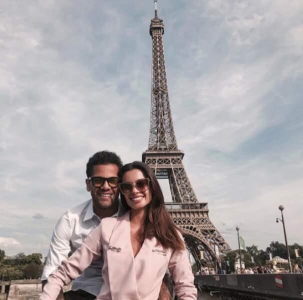 Ils succombent même à la photo kitsch : le selfie devant la tour Eiffel