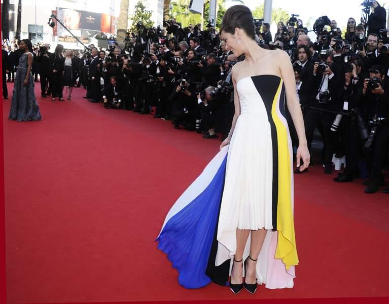 Attention à ne pas marcher sur ta robe Marion... Surtout qu'avec toutes ces couleurs, on ne peut pas la rater !