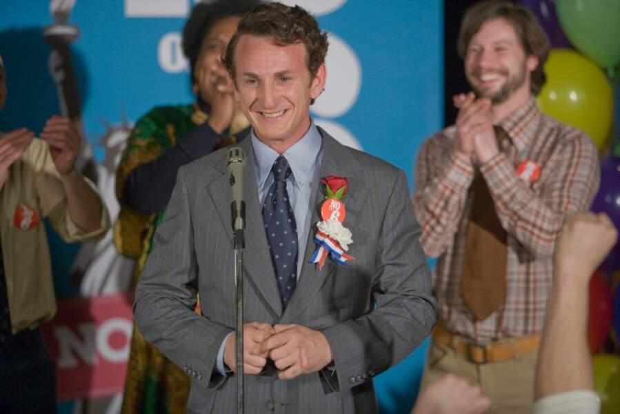 Sean Penn sous les traits d'Harvey Milk, politicien américain militant pour les droits civiques des homosexuels