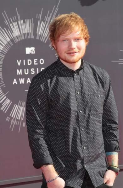 Ed Sheeran, très simple avec sa chemise noire (qui du coup fait ressortir ses tatouages...)