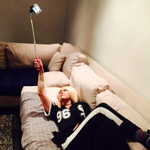 De son côté, Miley Cyrus s'est achetée une perche à selfie.
