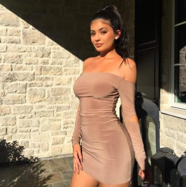 Cette robe nude allait parfaitement bien à Kylie Jenner.