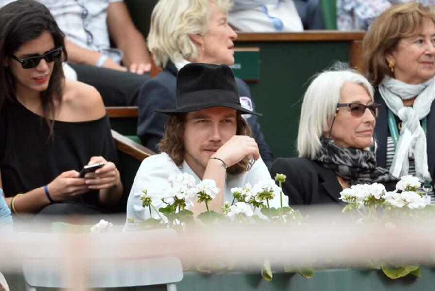 Julien Dore caché sous son chapeau.