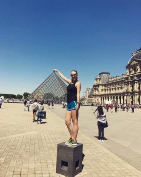 La jolie blonde se montre facétieuse au Louvre