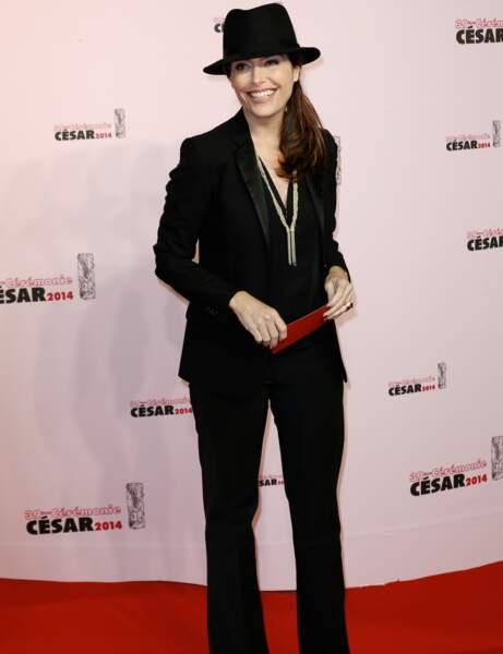 Daphné Roulier a choisi un costume noir assorti à un chapeau pour un look masculin/féminin sexy.