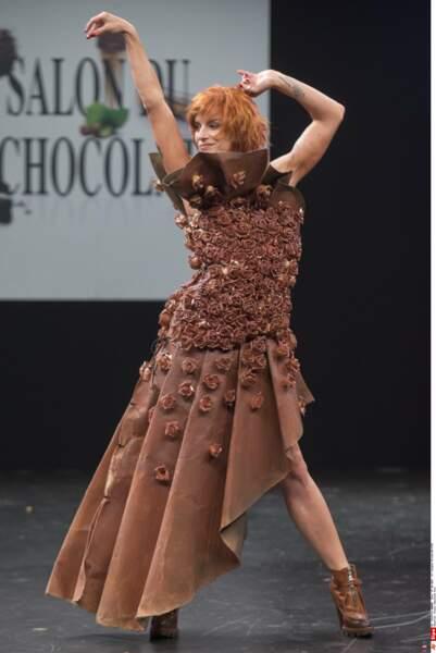 La belle Fauve Hautot dans une robe pas forcément pratique pour la danse (Salon du Chocolat 2015)