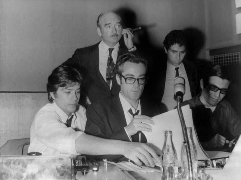 Alain Delon enregistrant une de ses chansons en compagnie de Michel Legrand et Eddie Barclay le 8 juillet 1968