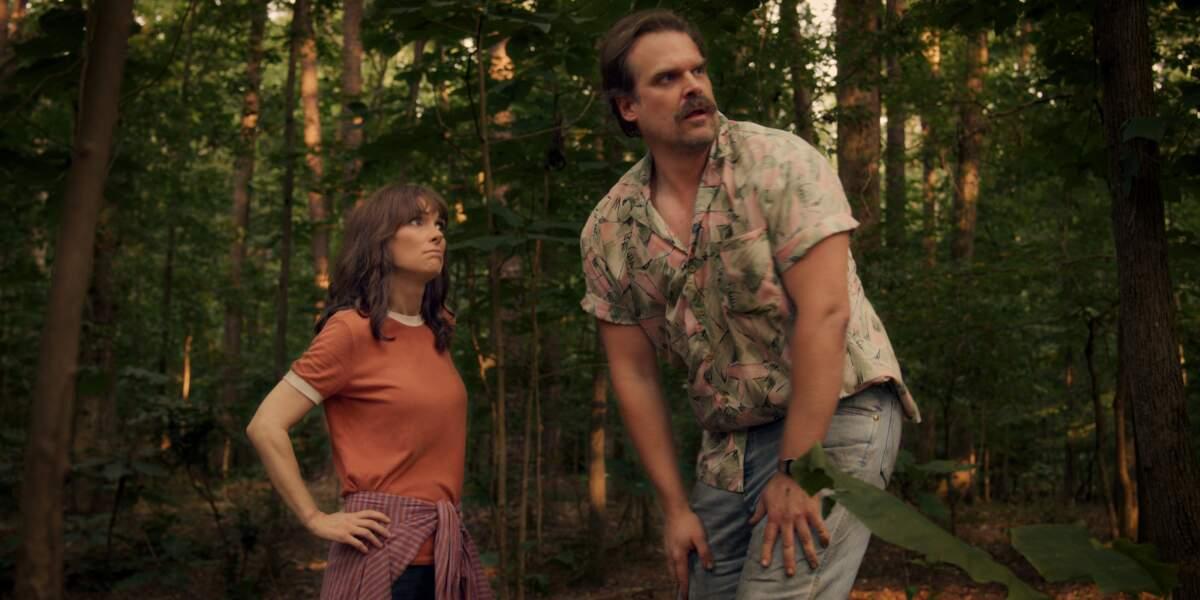 Joyce (Winona Ryder) et Jim (David Harbour), en balade dans la foret