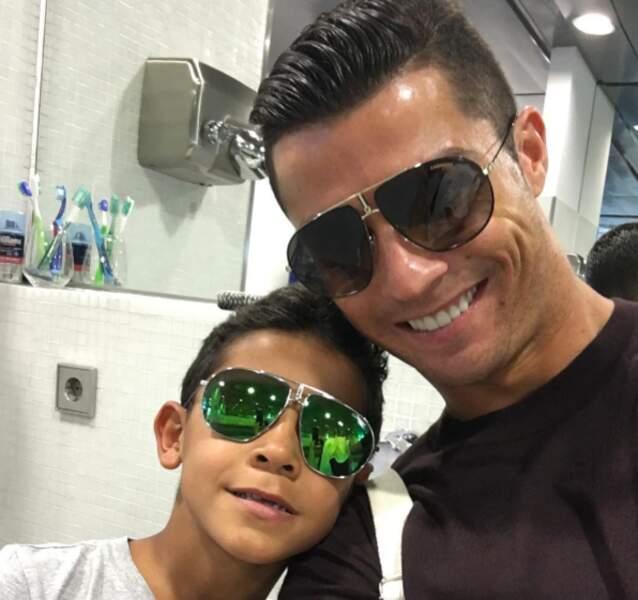 Tel père, tel fils chez les Ronaldo et de jolies lunettes de soleil.